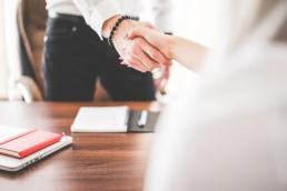 2 personnes se serrant la main, signe d'un accord