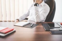 Professionnel parlant par téléphone dans son bureau